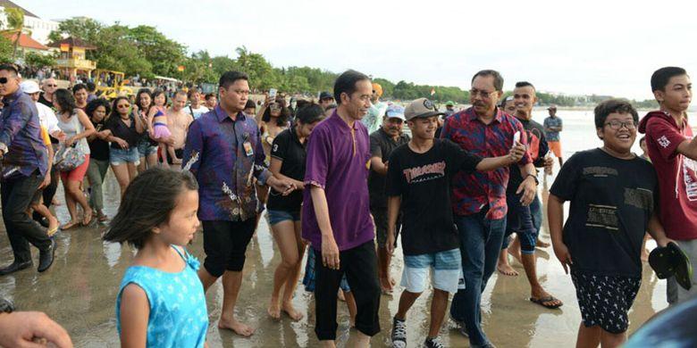 Presiden Joko Widodo (Jokowi) mengunjungi kawasan Kuta, Bali, Jumat (22/12/2017) sore. Ia sempat mengabadikan perjalanannya di Pantai Kuta dalam bentuk video blog (vlog).