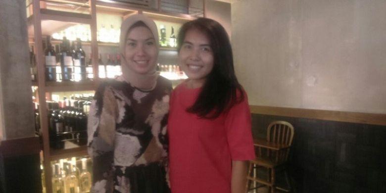 Pebulu tangkis ganda putri nasional, Nitya Krishinda Maheswari (kanan), berpose dengan mantan tunggal putri nasional, Adriyanti Firdasari dalam acara makan siang bersama para pebulu tangkis di restoran Yellow Fin, Jakarta, Minggu (10/9/2017).