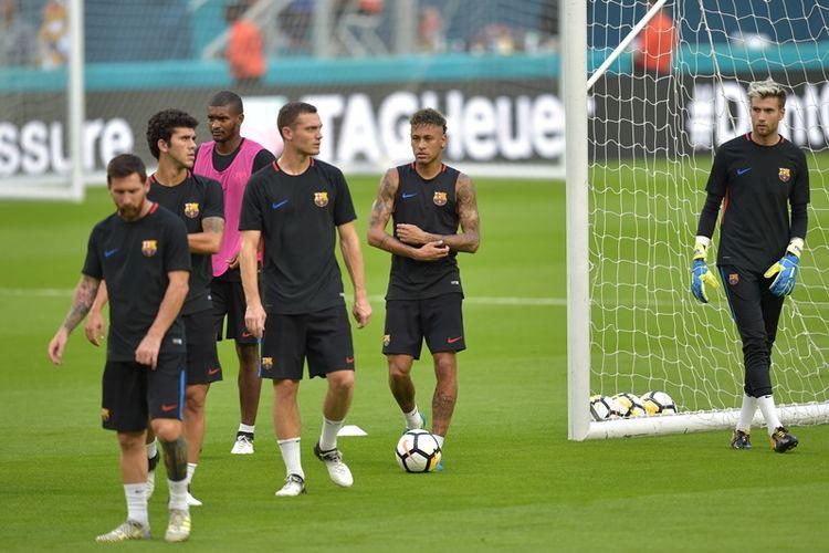 Bintang Barcelona Lionel Messi (kiri) dan Neymar (2 dari kanan), ambil bagian dalam latihan tim di Hard Rock Stadium, Miami, Florida, pada Jumat (28/7/2017), sehari menjelang pertandingan melawan Real Madrid dalam ajang International Champions Cup.
