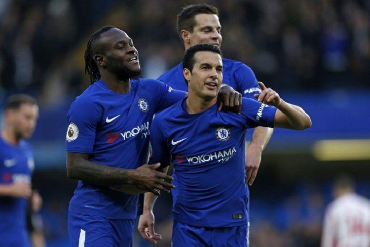 Gelandang Chelsea, Pedro Rodriguez, melakukan selebrasi bersama rekan setimnya, Victor Moses (kiri), seusai mencetak gol ke gawang Stoke City pada laga Premier League, di Stadion Stamford Bridge, Sabtu (30/12/2017).