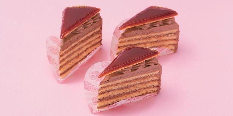 Kue Dobos Torte yakni cake cokelat yang dipadukan dengan kepingan karamel ini merupakan kue original dari kafe GERBEAUD yang memiliki sejarah lebih dari 150 tahun di Hungaria.