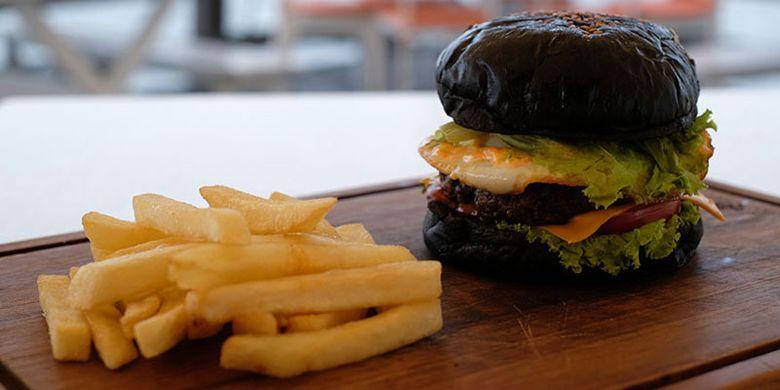 Burger di Le Bridge, restoran di dalam kawasan Taman Impian Jaya Ancol, Jakarta Utara.