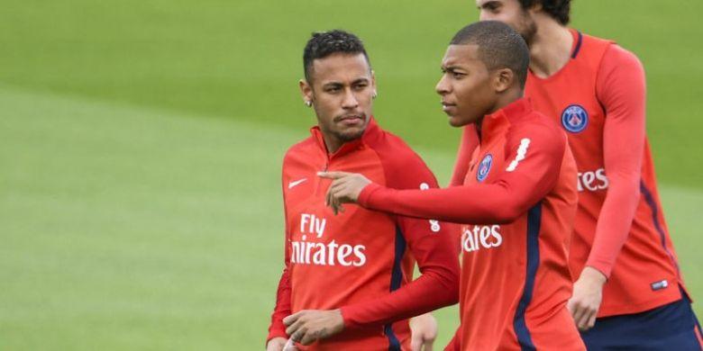Pertemuan Neymar dan Kylian Mbappe dalam latihan Paris Saint-Germain, Rabu (6/9/2017).