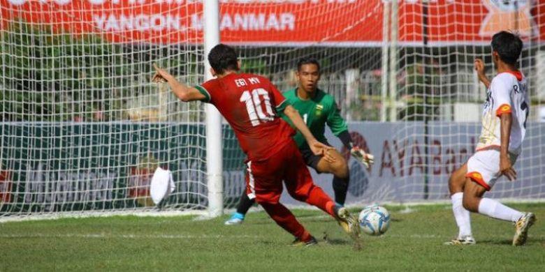 Penyerang Timnas U-19 Indonesia, Egy Maulana Vikri (10) melepaskan sepakan keras ke gawang timnas U-19 Brunei yang dijaga kiper Muhd Amirul Hakim PG Zulkarnain, setelah melewati bek Rahimin Abdul Ghani (kanan) pada laga pamungkas Grup B Piala AFF U-18 2017 di Stadion Thuwunna, Yangon,
