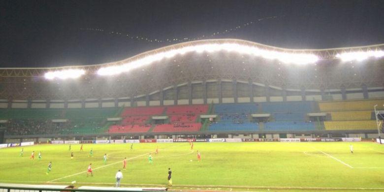 Suasana pertandingan antara PSMS Medan dan Kalteng Putra pada laga babak 8 besar Liga 2 Grup X di Stadion Patriot Chandrabhaga, Bekasi. Kamis (9/11/2017).