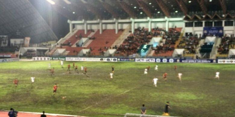 Potret babak kedua laga timnas Indonesia melawan Mongolia dalam Aceh World Solidarity Cup 2017 di Stadion Harapan Bangsa, Banda Aceh, Senin (3/12/2017) malam WIB.
