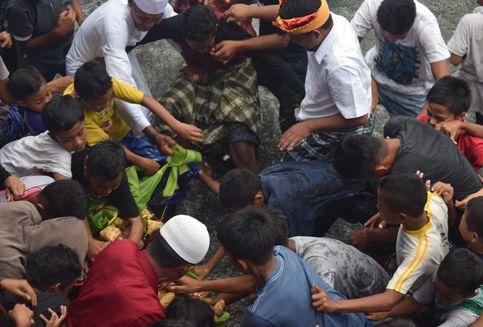 Tradisi Adat Batu Poaro di Baubau, Anak-anak Pun Berebut Uang