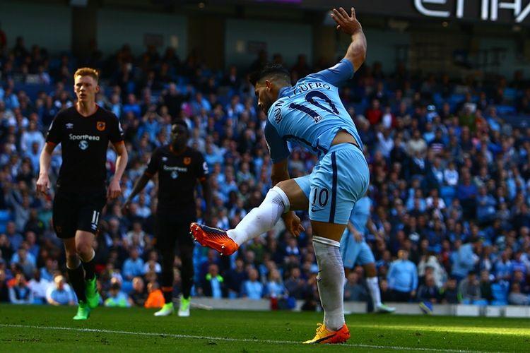 Striker Manchester City asal Argentina, Sergio Aguero, mencetak gol kedua timnya ke gawang Hull City dalam pertandingan Premier League di Etihad Stadium, Manchester, Sabtu (8/4/2017).