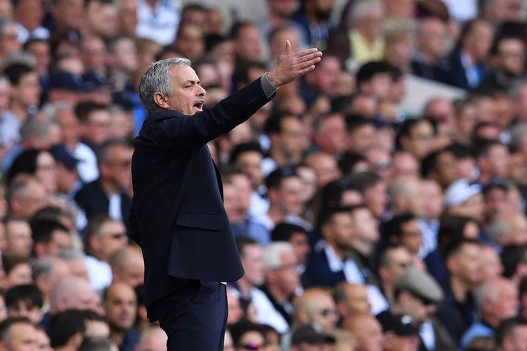 Aksi manajer Manchester United, Jose Mourinho, dalam pertandingan Premier League melawan  Tottenham Hotspur di White Hart Lane pada 14 Mei 2017.