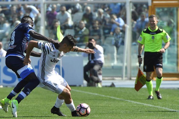 Penyerang Juventus, Paulo Dybala (kanan), berebut bola dengan pemain Pescara asal Senegal, Mamadou Coulibaly, dalam pertandingan Serie A di Stadion Adriaticos comunal, Pescara, pada 15 April 2017.