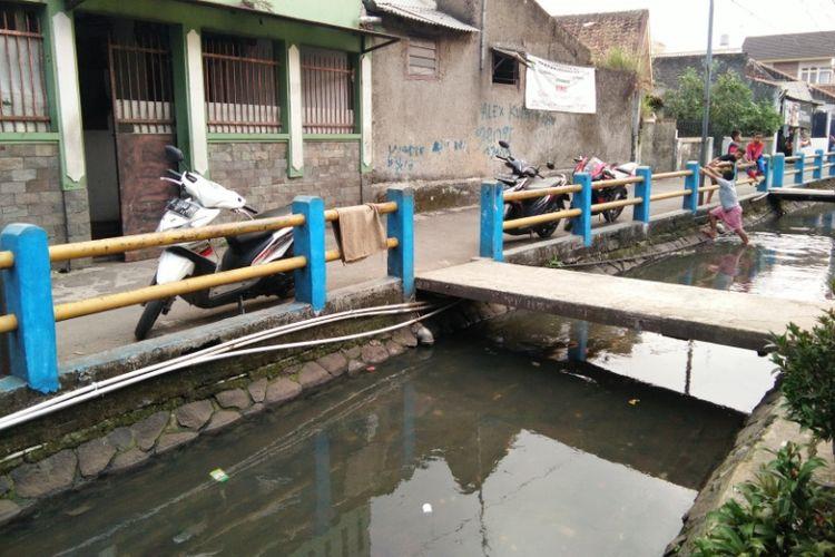 Beberapa anak kecil saat bermain di sungai Babakan Irigasi Pagarsih, Senin (3/7/2017) sore. Sungai tersebut tengah menyita perhatian warganet lantaran beredarnya foto di Instagram yang memperlihatkan air sungai berwarna pekat.