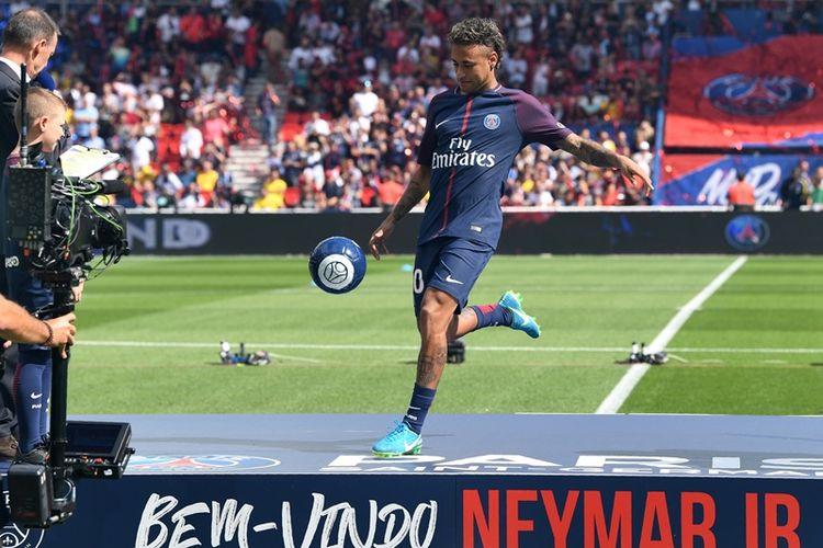 Penyerang Paris Saint-Germain asal Brasil, Neymar, beraksi di depan pulihan ribu suporter PSG yang memadati Parc des Princes ketika dia diperkenalkan menjelang pertandingan perdana Ligue 1 musim 2017-2018 melawan klub promosi, Amiens, Sabtu (5/8/2017). Neymar bergabung dengan PSG setelah klub itu menebus klausul pelepasannya senilai 222 juta euro (sekitar Rp 3,4 triliun) dari Barcelona, yang membuatnya pemain termahal di dunia.