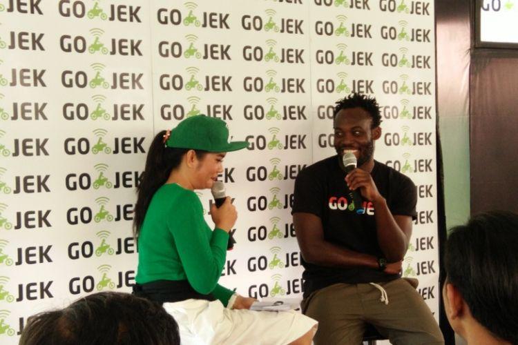 Marquee Player Persib Bandung Michael Essien saat hadir dalam acara meet and great bersama Go-jek di Kopi Armor, Dago Pakar, Kabupaten Bandung, Jawa Barat, Kamis (31/8/2017)