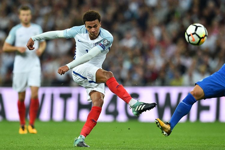 Gelandang timnas Inggris, Dele Alli, melepaskan tembakan yang gagal menghasilkan gol dalam pertandingan kualifikasi Piala Dunia 2018 melawan Slovakia di Wembley Stadium, London, 4 September 2017.