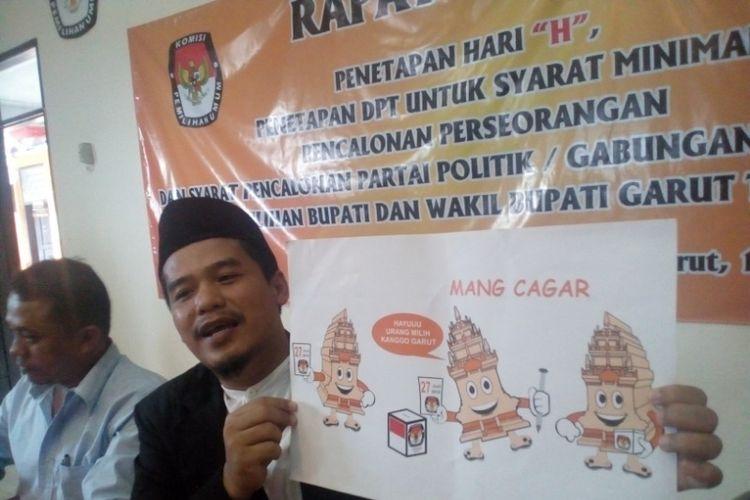 Ketua KPU Garut Hilwan Fanaqi mengenalkan maskot Pilkada Garut 2018 Mang Cagar yang merupakan hasil sayembara yang digelar KPU Garut