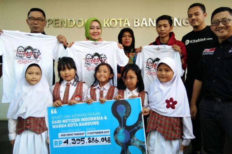 Wali Kota Bandung Ridwan Kamil bersama perwakilan donatur korban kemanusiaan Rohingya saat menyerahkan bantuan kepada tim Aksi Cepat Tanggap (ACT) di Pendopo, Kota Bandung, Senin (11/9/2017).