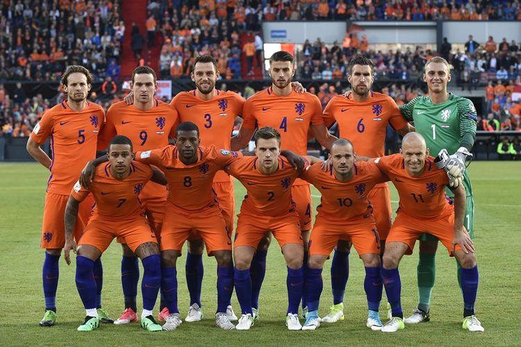 Para pemain timnas Belanda berpose menjelang pertandingan penyisihan Grup A Kualifikasi Piala Dunia zona Eropa melawan Luksemburg di Rotterdam, 9 Juni 2017. Belakang dari kiri ke kanan: bek Daley Blind, penyerang Vincent Janssen, bek Stefan de Vrij, bek Wesley Hoedt, gelandang Kevin Strootman, kiper Jasper Cillessen. Depan kiri ke kanan: penyerang Memphis Depay, gelandang Georginio Wijnaldum, bek Joel Veltman, gelandang Wesley Sneijder dan penyerang Arjen Robben.