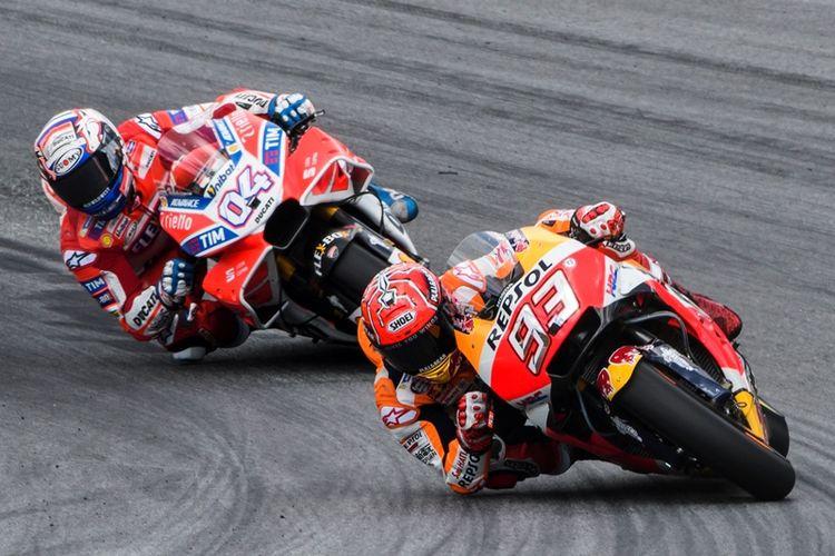 Pebalap Repsol Honda, Marc Marquez (kanan) dan pebalap Ducati, Andrea Dovizioso, bertarung dalam balapan GP Austria di Sirkuit Red Bull Ring, Spielberg, Austria, 13 Agustus 2017.
