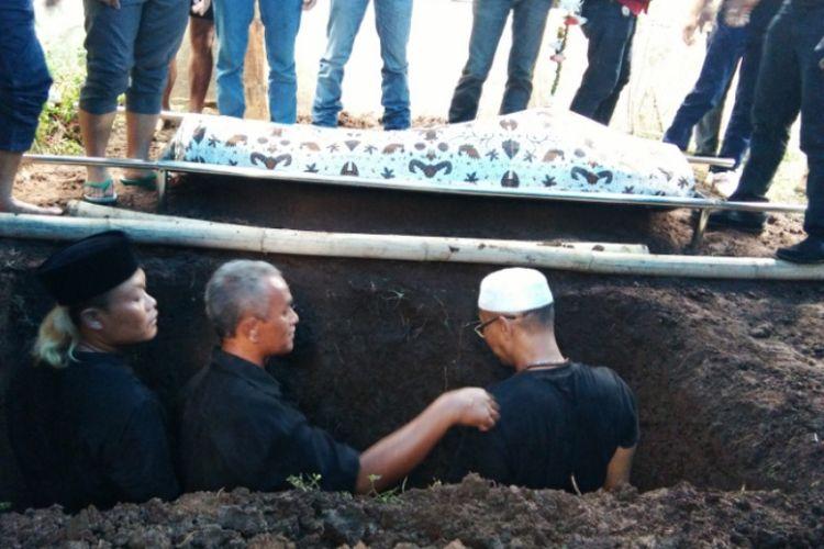 Sule beserta kerabatnya saat hendak menguburkan sang Ayah, Dodo Mulyana (69) di pemakaman keluarga, Gang Samir, Jalan Kamarung, Kelurahan Citereup, Kecamatan Cimahi Utara, Jawa Barat, Rabu (11/10/2017)