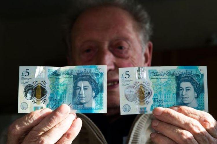 Ray Harris memamerkan dua uang pecahan 5 poundsterling Inggris. Dimana yang kanan terdapat gambar Ratu Elizabeth II, sedangkan yang kanan tidak