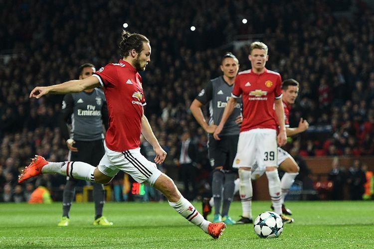 Gelandang Manchester United asal Belanda, Daley Blind, mencetak gol kedua timnya ke gawang Benfica dalam penyisihan Grup A Liga Champions di Old Trafford, Manchester, Selasa (31/10/2017).