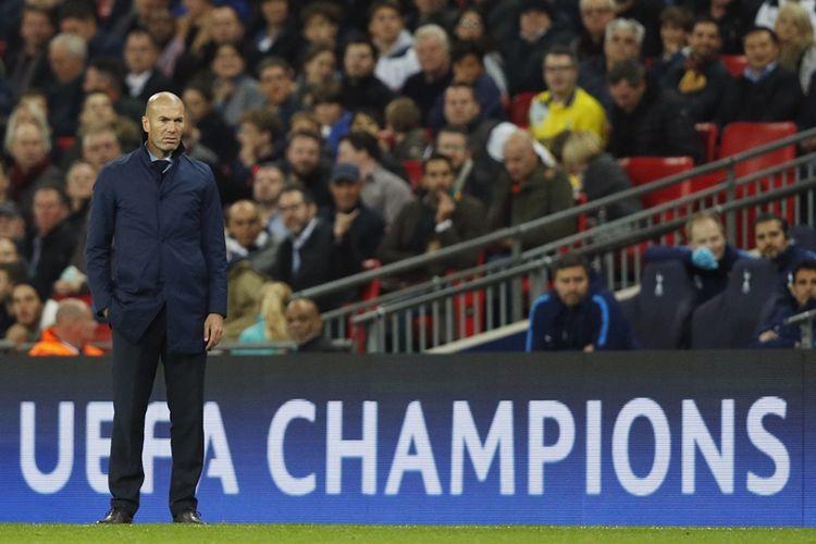 Pelatih Real Madrid, Zinedine Zidane, menyaksikan aksi para pemainnya ketika melawan Tottenham Hotspur dalam laga penyisihan Grup H Liga Champions di Stadion Wembley, London, 1 November 2017.