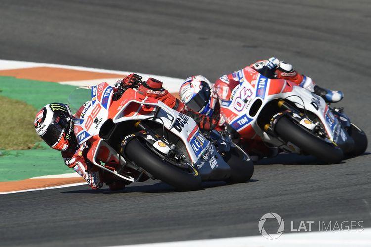 Dua pebalap Ducati, Jorge Lorenzo (99) dan Andrea Dovizioso (04) di GP Valencia, Minggu (12/11/2017).