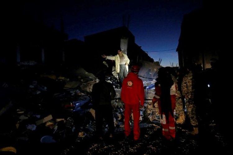 Petugas penyelamat sedang menyisir puing di Sarpol-e Zahab. Kota itu menderita kerusakan dan korban tewas paling banyak akibat gempa berkekuatan 7,3 skala Richter. Sebanyak 236 orang dilaporkan tewas di Zahab. (13/11/2017)