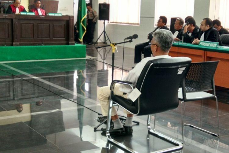 Buni Yani, terdakwa kasus pelanggaran UU ITE, menjalani sidang putusan di Gedung Dinas Perpustakaan dan Arsip (Dispusip), Jalan Seram, Kota Bandung, Selasa (14/11/2017)