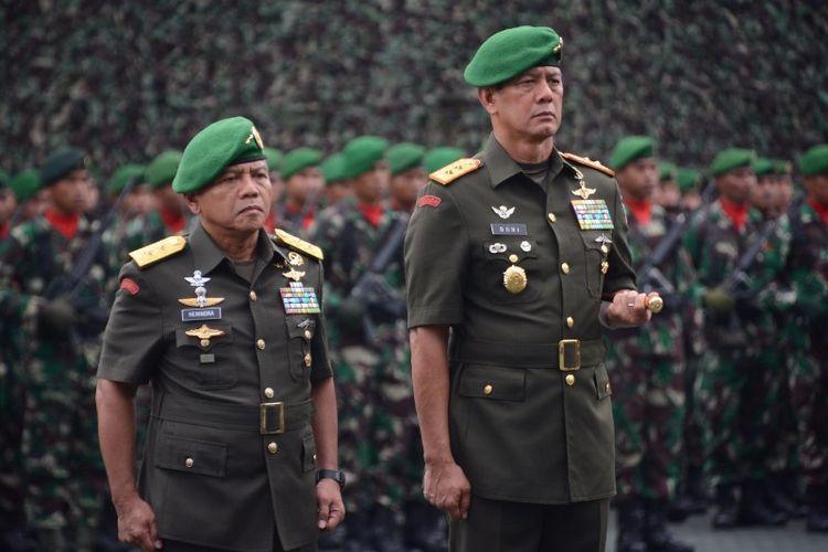 Mayjen TNI Doni Monardo (kanan) resmi menjabat sebagai Pangdam III/Siliwangi menggantikan Mayjen TNI Muhamad Herindra.