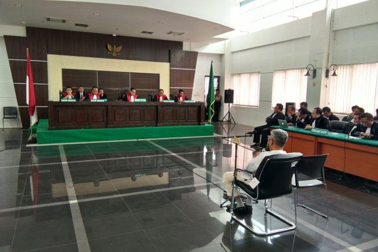 Buni Yani, terdakwa kasus pelanggaran UU ITE, menjalani sidang putusan di Gedung Dinas Perpustakaan dan Arsip (Dispusip), Jalan Seram, Kota Bandung, Selasa (14/11/2017).