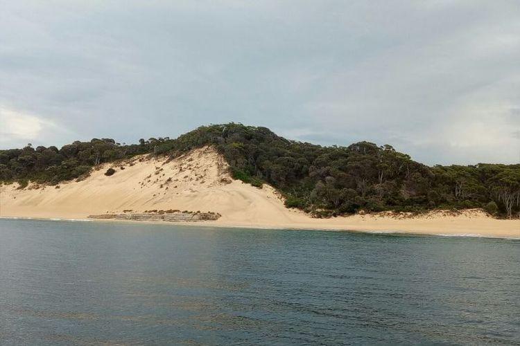Tempat ini bernama Crescent Bay yang didominasi sebuah bukit pasir.