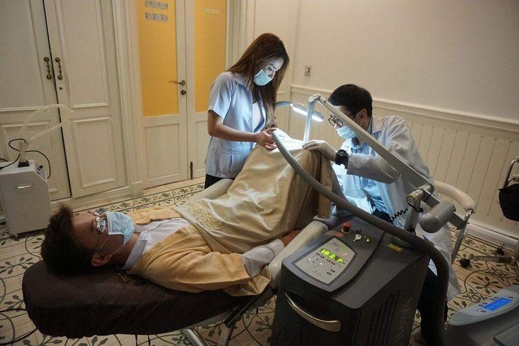 Seorang pria Thailand menjalani terapi pemutihan penis di Rumah Sakit Lelux, Bangkok, Thailand