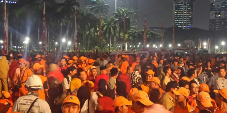 Pasukan oranye berkumpul di Monas untuk melihat peresmian 100 RPTRA, Selasa (10/10/2017) malam.