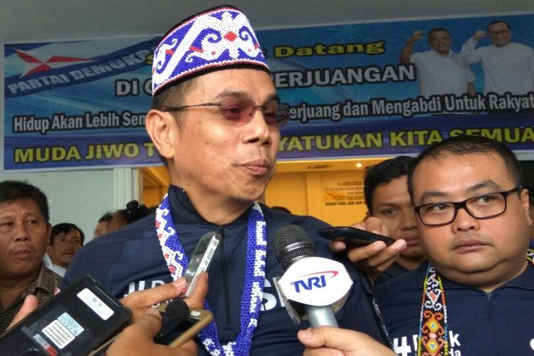 Sekjen Partai Demokrat, Hinca Panjaitan saat memberikan keterangan kepada wartawan usai rapat terbuka di Kabupaten Kubu Raya, Kalimantan Barat (16/9/2017)