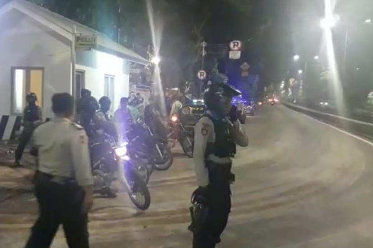 Polisi di lokasi tawuran di Pasar Rumput, Jalan Sultan Agung, Jakarta Selatan, Jumat (13/10/2017).