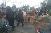 PKL dan Motor Kuasai Trotoar di Pasar Minggu, Satpol PP Hanya Diam