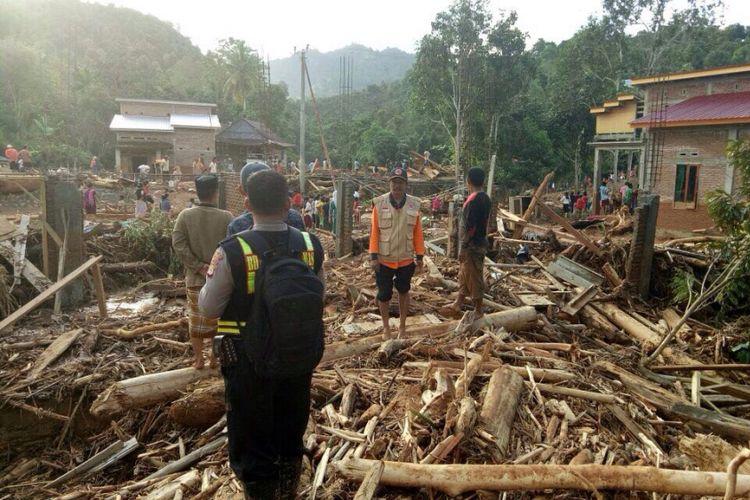 Balai Pengelolaan Sumber Daya Air (PSDA) Provinsi Jawa Tengah menertibkan ratusan bangunan yang berdiri di sempadan saluran sekunder Mlilir, Kecamatan Gubug, Kabupaten Grobogan, Rabu (9/8/2017).