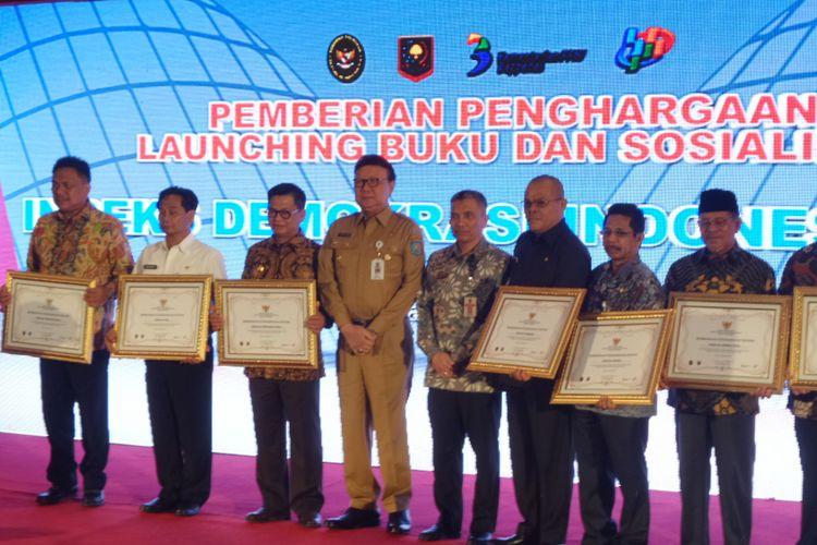 Menteri Dalam Negeri Tjahjo Kumolo dan sepuluh perwakilan penerima penghargaan Indeks Demokrasi Indonesia di Hotel Kartika Chandra Jakarta, Selasa (5/12/2017).