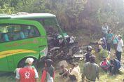 Diduga Rem Blong, Bus Rombongan Wisatawan Hantam Tebing Bukit Bego