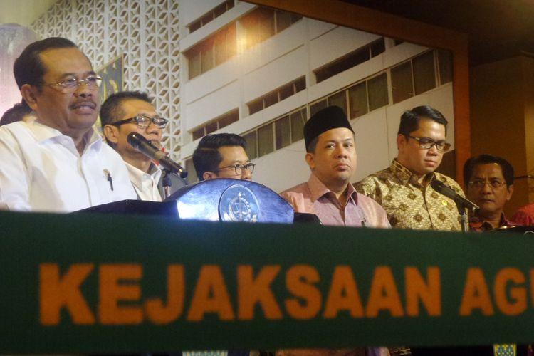 Jaksa Agung Muhammad Prasetyo dan pansus hak angket KPK dalam jumpa pers usai pertemuan di Kejaksaan Agung, Jakarta, Kamis (13/7/2017).