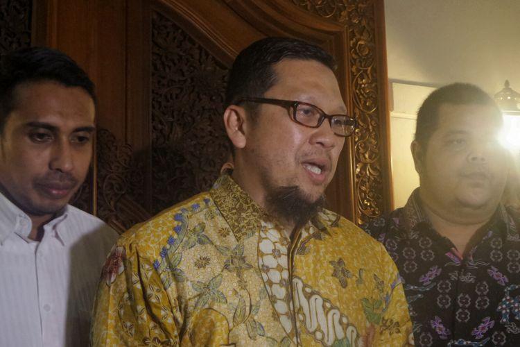 Ketua Gerakan Muda Partai Golkar (GMPG) Ahmad Doli Kurnia usai bertemu Ketua Dewan Kehormatan Partai Golkar Bacharuddin Jusuf Habibie di kediaman pribadi Habibie, Jalan Patra Kuningan, Jakarta Selatan, Senin (28/8/2017).