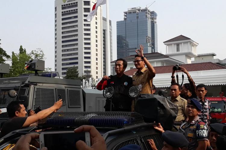 Wakil Gubernur DKI Jakarta menemui massa dari berbagai organisasi buruh melakukan aksi unjuk rasa di depan Balai Kota DKI Jakarta, Jalan Medan Merdeka Selatan, Selasa (31/10/2017).