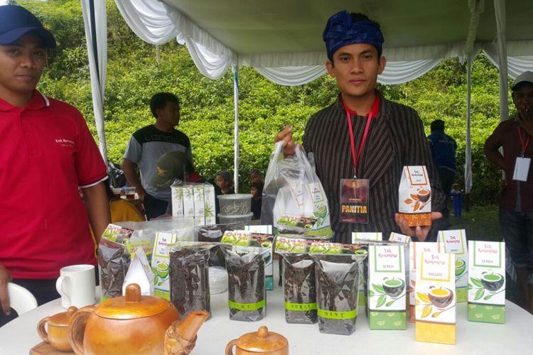 TEH TRADISIONAL --Pengelola UKM menunjukkan teh tradisional asal Kemuning yang sudah dikemas dan siap dijual di Festival Teh di Desa Kemuning, Kecamatan Ngargoyoso, Kabupaten Karanganyar, Minggu (12/11/2017).