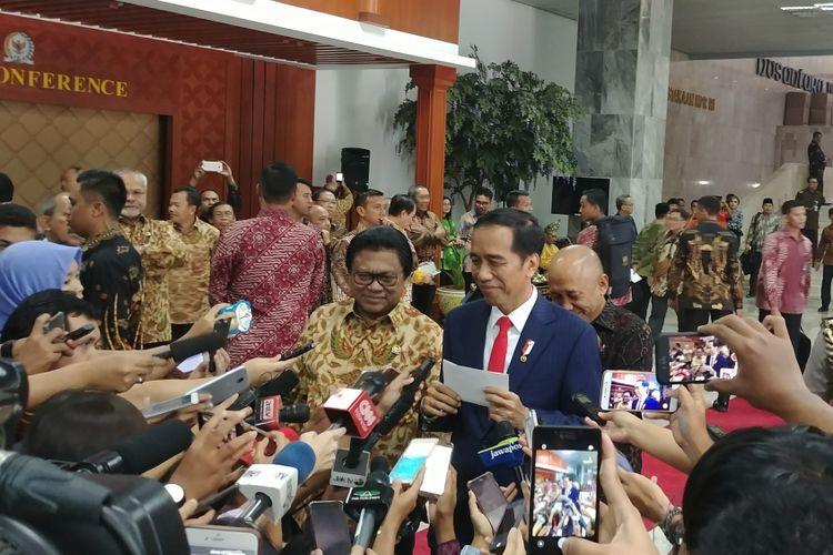 Presiden Joko Widodo dan Ketua DPD Oesman Sapta Odang usai menghadiri sarasehan DPD di Kompleks Parlemen, Jakarta, Jumat (17/11/2017).