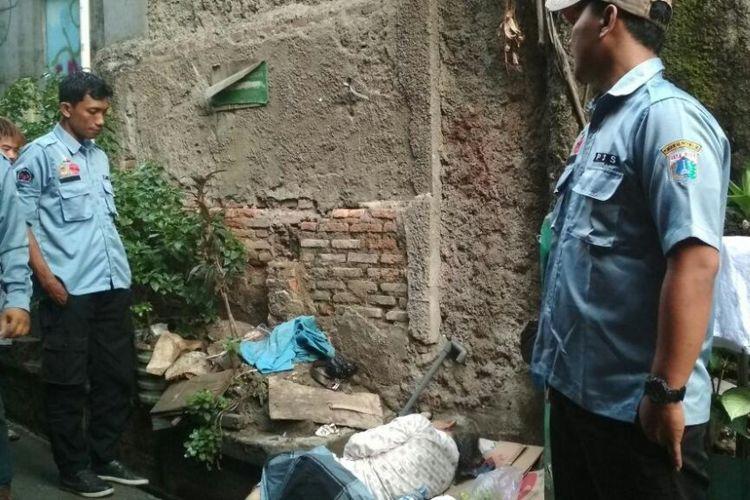 Pria berusia 74 tahun yang ditemukan di atas got depan SD Widuri Indah, Jakarta Barat.