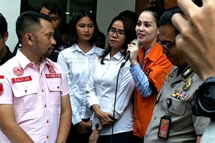 Jennifer Dunn (berpakaian oranye) di Ditres Narkoba Polda Metro Jaya, Jakarta Selatan, Selasa (2/1/2018). Dia ditangkap dalam kasus kepemilikan narkoba.(KOMPAS.com/ANDI MUTTYA KETENG)