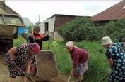 Jenuh Tunggu Aksi Pemerintah, Sekelompok Nenek Perbaiki Jalan