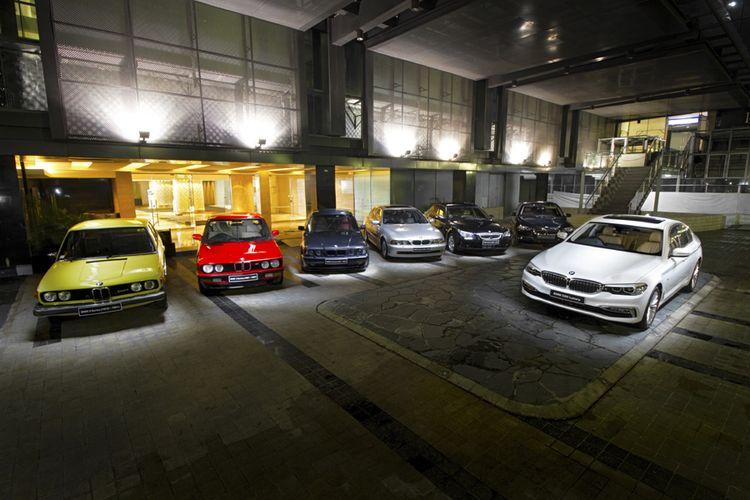 BMW Seri 5 dari generasi ke generasi. (kiri ke kanan) Generasi pertama sampai yang paling depan adalah generasi terbaru.