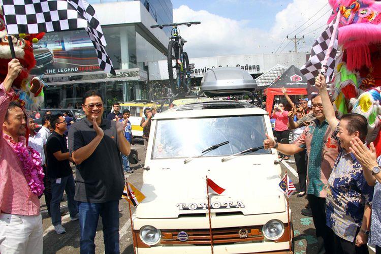 Toyota Kijang generasi pertama saat dilepas untuk menjelajah tiga negara, berangkat dari Pontianak, (4/8/2017).